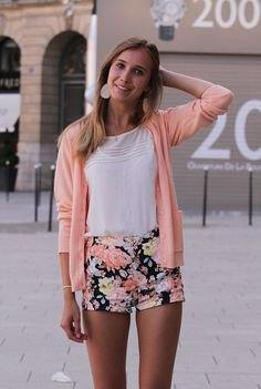 rodnande rosa kofta med vit t-shirt och svarta blommiga bomullsshorts