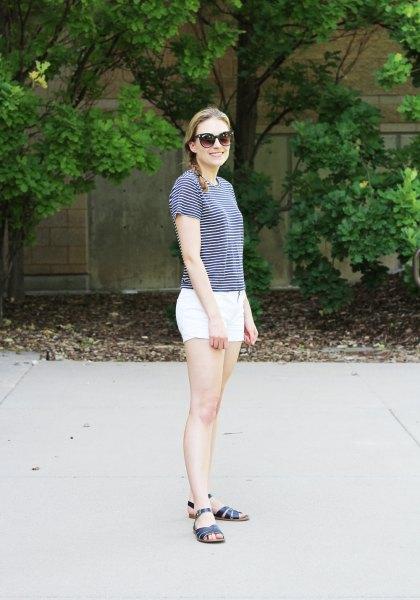 randig t-shirt med vita mini-bomullsshorts och svarta sandaler