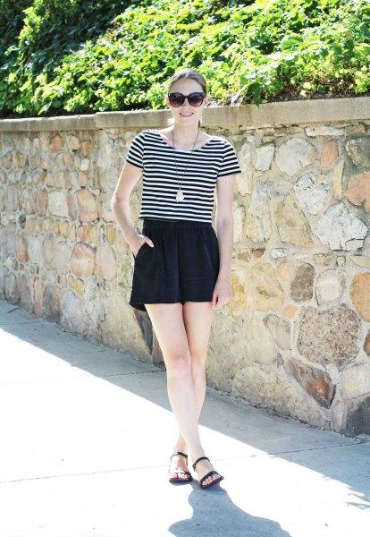 svartvit randig t-shirt med höga mini-shorts