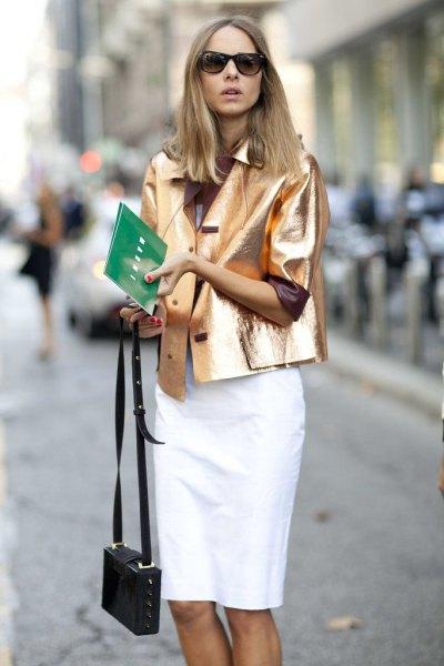 gyllene metallic kavajjacka med vit knälång kjol