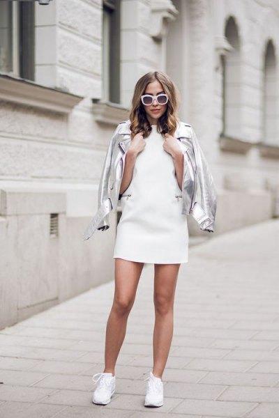 silver läderjacka med vit miniklänning