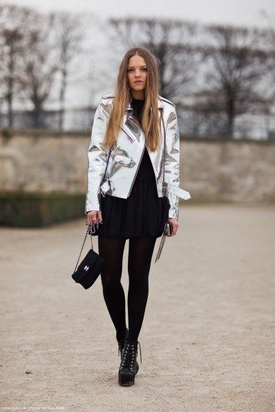 silver metallic jacka med svart miniklänning