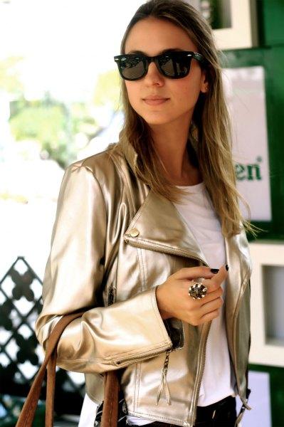 rosa guld metallic läderjacka med vit t-shirt och svarta jeans