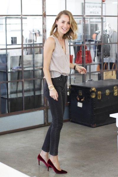 ljusrosa topp mörkgrå skinny jeans