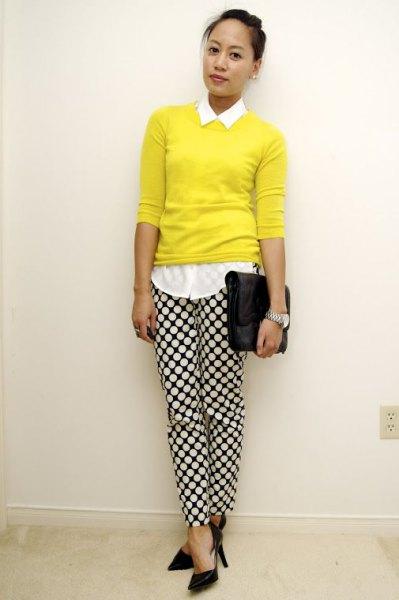 vit skjorta med knappar, gul tröja och rutiga byxor