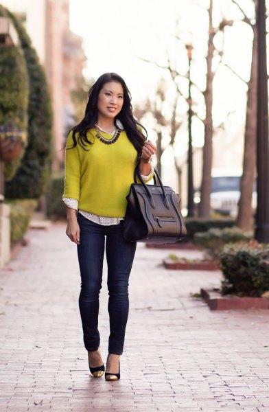 gul tröja med vit och svart prickig skjorta