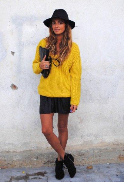 gul, tjock tröja med minikjol och svart filthatt