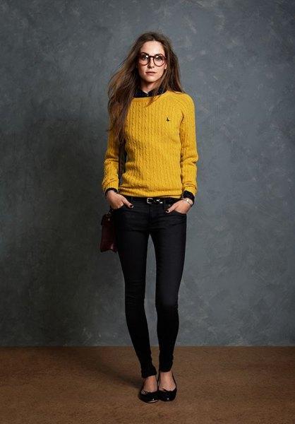 gul rippad tröja med svart skjorta och smala jeans