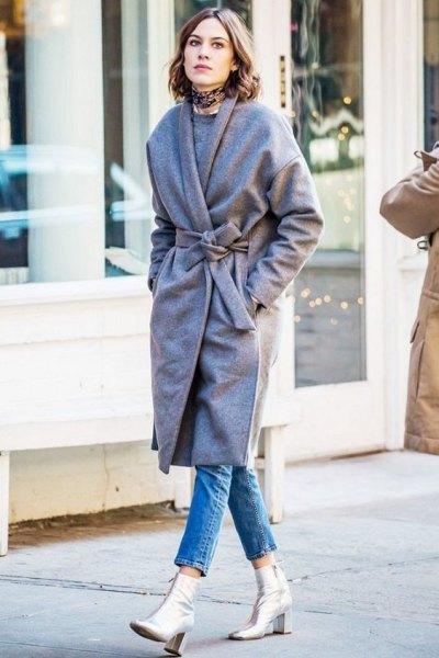 grå kappa med bälte och silver läderstövlar