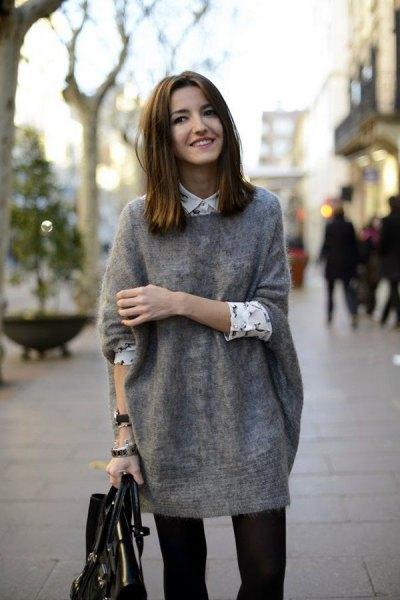 grå tunikatröja med vita tryckta skjortblusar