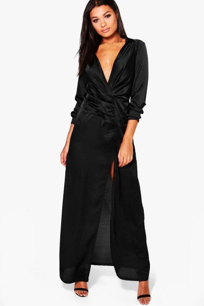 svart maxiklänning i satin med djup V-ringning