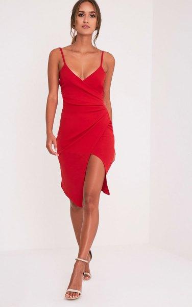 röd wrap-klänning med djup V-ringning och spaghettiband