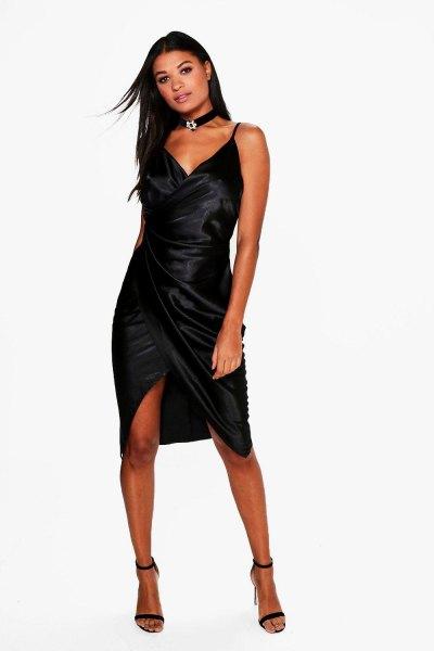 Krage i svart satin wrap klänning