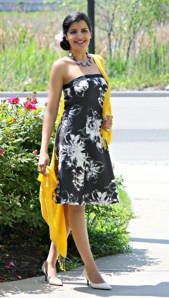 svartvitt rörklänning med blommönster och gul halsduk