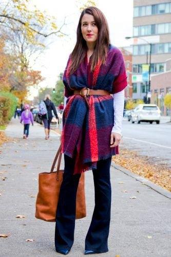 blå och orange pashmina filt halsduk med bälte, svart blus och flared jeans