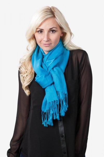 blå fransad halsduk med vit chiffong miniklänning