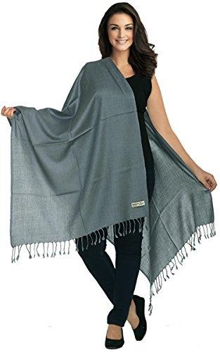 grå filt halsduk med svart linne och matchande jeans med smal passform