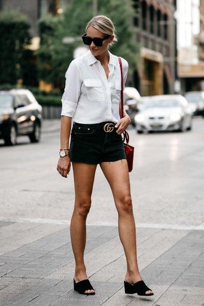 vit skjorta med knappar och svarta jeansshorts med bälte
