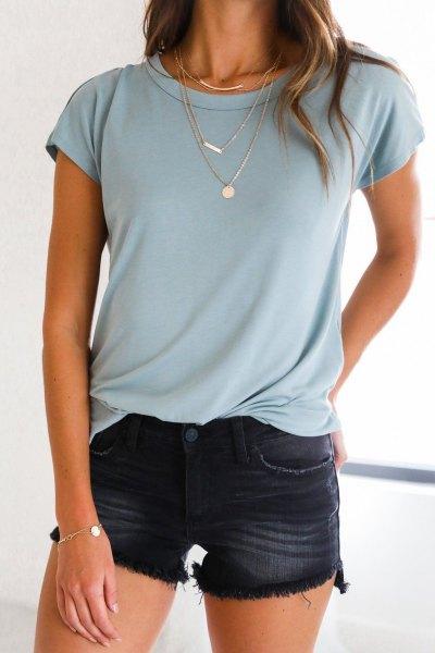 Ljusblå t-shirt med minishorts tvättade i svart