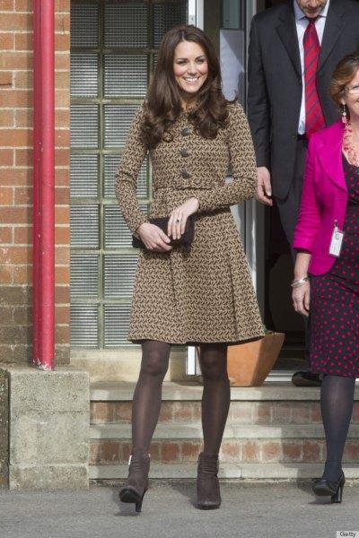 långärmad kappa klänning med en brun passform och flare med tights och klackar