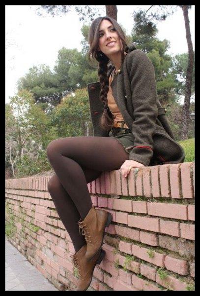 grå ullrock med matchande kjol och bruna tights