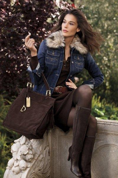 blå jeansjacka med svart kjol och knähöga stövlar