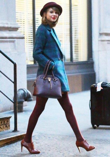 Mörkblå rutig tweed-kavaj med minikjol och bruna tights