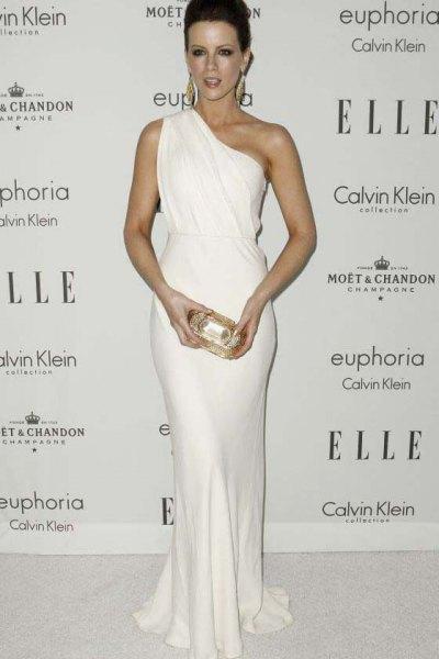 vit en axel rynkad midja sjöjungfru klänning