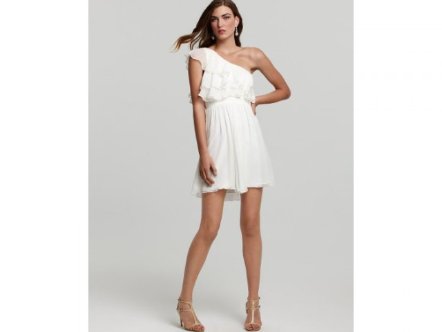 vit chiffong ruffle mini baksmälla klänning med strappy klackar