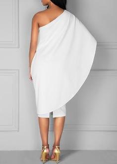 vit wrap-klänning med ena axeln och guldklackar