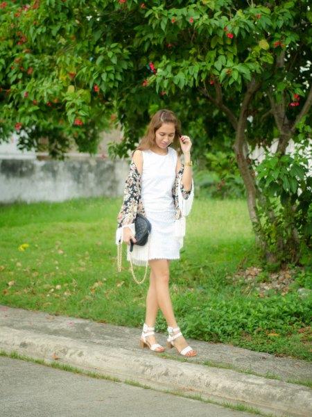 vit linne med mini veckad kjol och sandaler