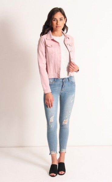 Rouge jeansjacka med vit tröja med rund hals och ljusblå jeans