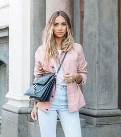 rosa jacka med vit t-shirt och ljusblå mamma-jeans