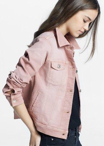rosa jeansjacka med svart t-shirt och matchande smala jeans