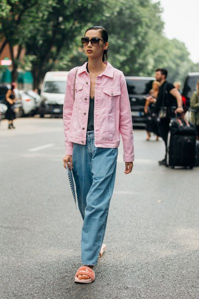 Ljusrosa jeansjacka med svart linne med djup V-ringning och vida jeans