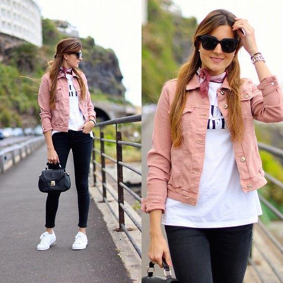 rosa jeansjacka med vit tryckt t-shirt och svarta skinny jeans