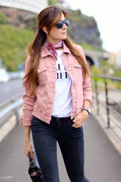 rosa jeansjacka med vit tryckt t-shirt och ljusblå silke choker halsduk