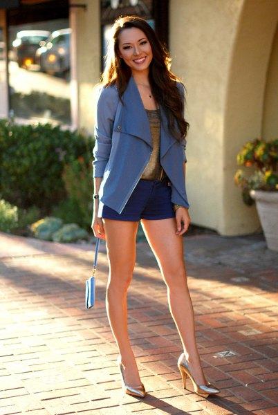 blå kavaj med mini-shorts med bronsklackar