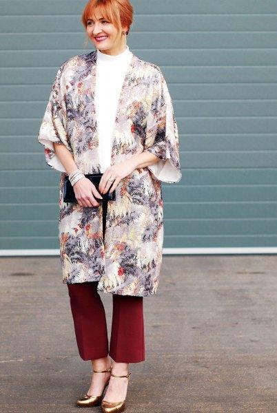 Flora-tryckt lång kappa med röda vidgade byxor och bronsklackar