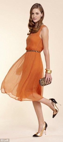 Orange tankklänning med chiffongbälte och spetsiga tåklackar