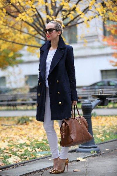 svart ullrock med ljusgrå skinny jeans och bronsklackar
