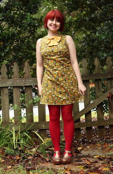 grön ärmlös miniklänning med blommönster och röda leggings