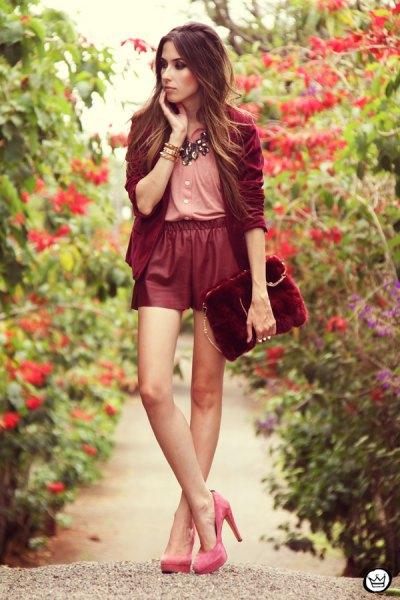 rosa blus röda läder shorts