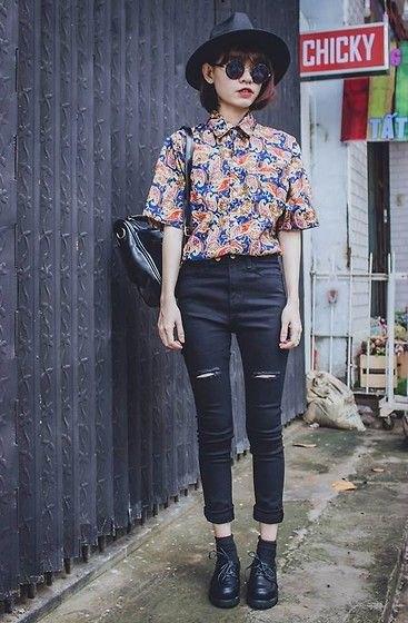 Mörkblå och röd vintage-skjorta med korta ärmar och svarta skinny jeans
