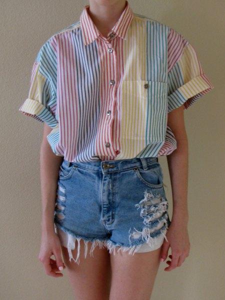 grå och vit randig skjorta med knappar och rippade jeansshorts