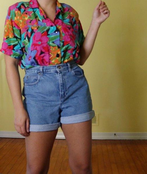 Tappningskjorta med rosatryck och denimshorts med hög midja
