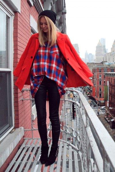 röd ullrock med mörkblå och orange rutig skjorta