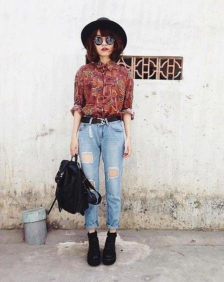 brun tryckt vintagetröja med knappar och jeans med hög midja