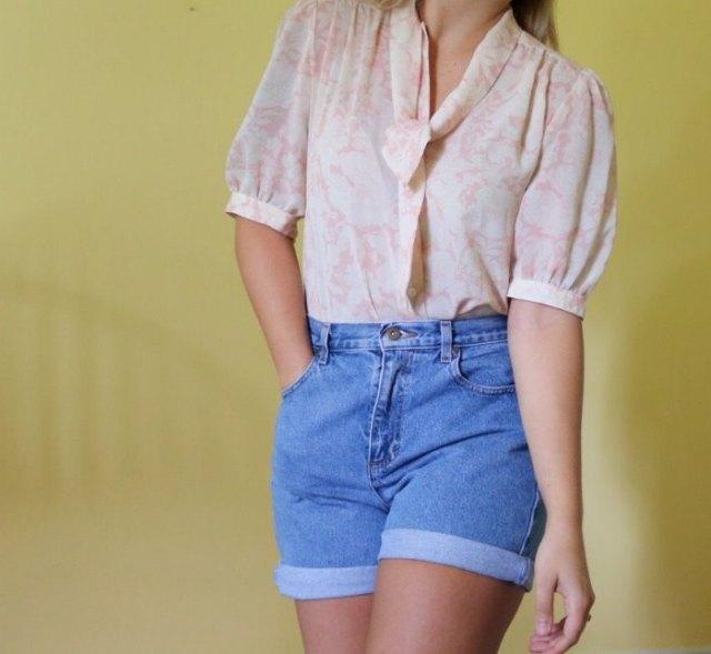 rodnande rosa puffärmblus med jeans i hög midja