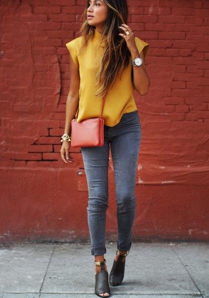 grå skinny jeans gul ärmlös blus